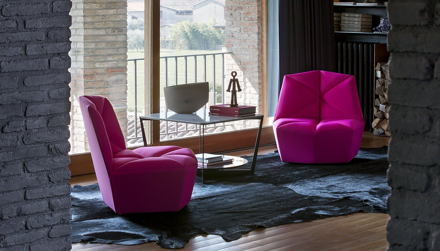 A modern armchair with ample padding, where the proportion and balance between the seat and back create a mysteriously fascinating style. The special production of the padding recalls the oriental culture of origami, where the final, seemingly simple form, exalts a highly complex and refined working method. Embracing comfort for a very original armchair, an informal and contemporary item with distinct and bold colours. A perfect union between Alberta casual design and refined, contemporary finishes..