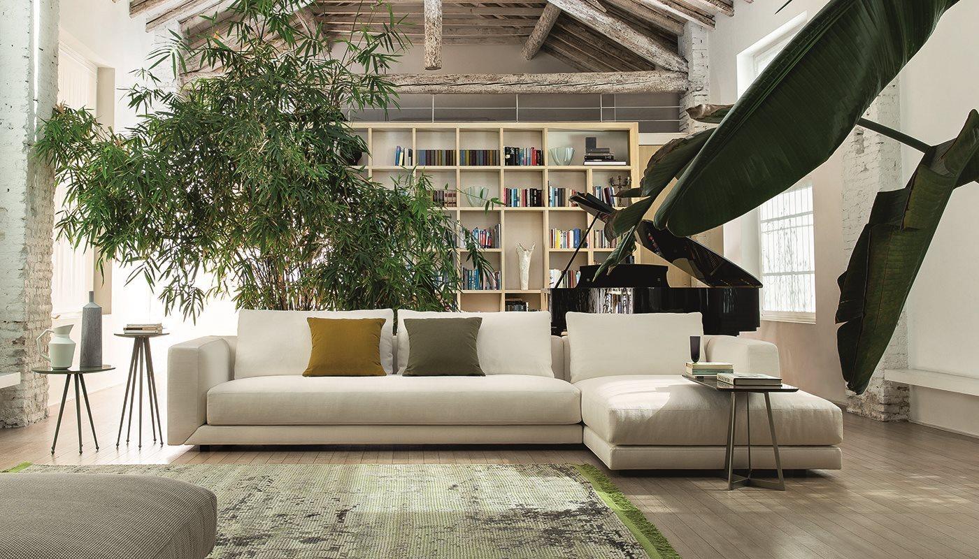 Un basamento con linee geometriche, disegnate da cuciture sartoriali, caratterizza la serie di divani componibili Floyd...
